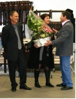photo Remise de la  traditionnelle plante à Mme VERIL