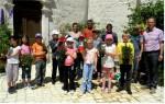 photo Mme Tillous Mrs Véril Mr Toubelmont et les écoliers lors du fleurissement